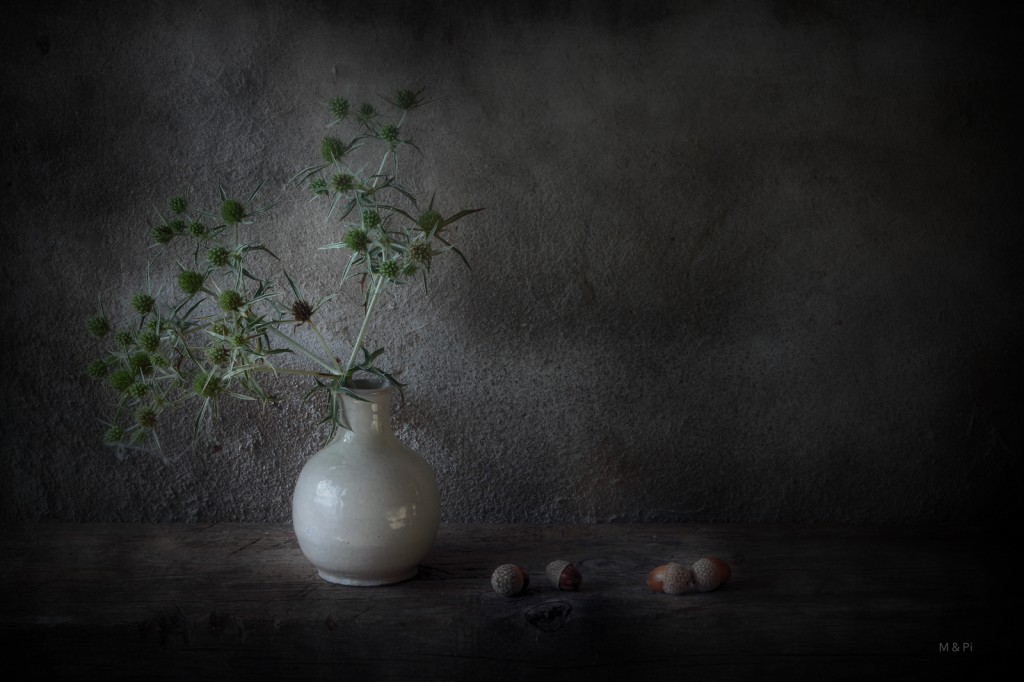 Cuatro bellotas y un jarrón